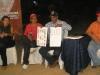candidato Richard Coroba muestra Boleta Electoral